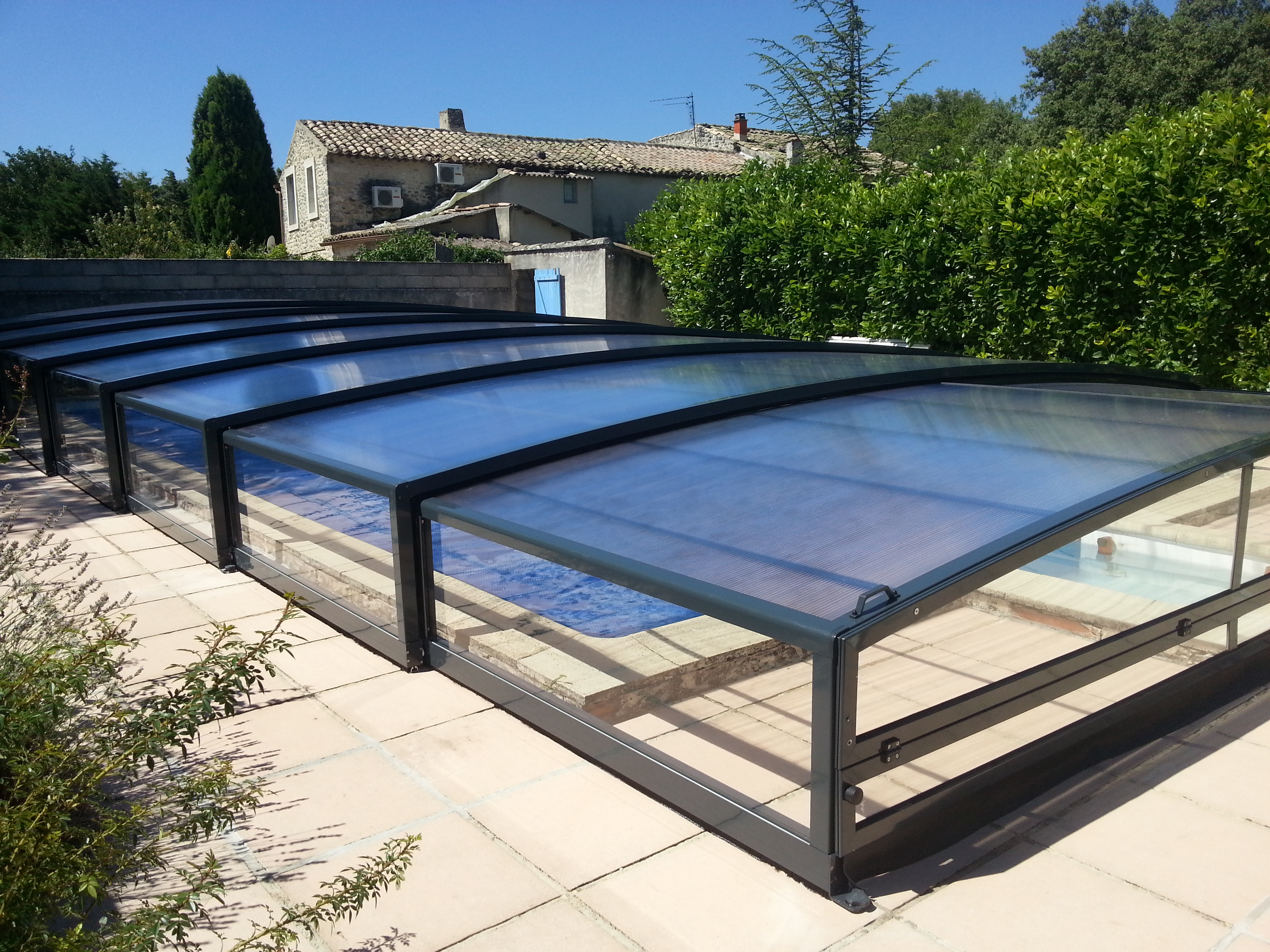 Abri piscine hors sol repliable trendy toit de piscine for Abri piscine hors sol