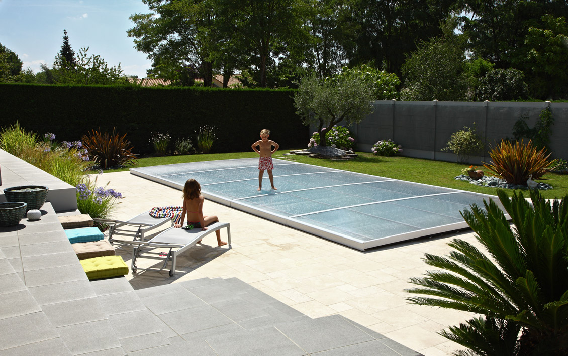 Poolabri abri piscine plat relevable for Abri de piscine bas