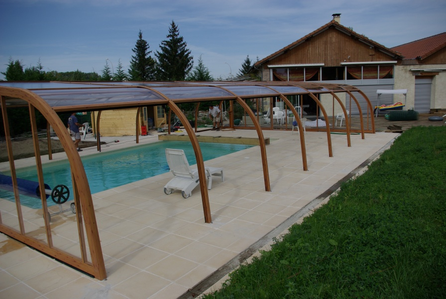 Poolabri photos d 39 abris de piscine for Couverture piscine bois